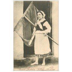 carte postale ancienne 17 ILE DE RE. Pêcheuse de Crevettes 1902. Crustacés et Poissons