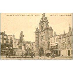 carte postale ancienne 17 LA ROCHELLE. La Grosse Horloge et Statue de l'Amiral Duperré. Pharmacie et Confections Rolland