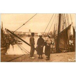 carte postale ancienne 17 LA ROCHELLE. Le Port vers Saint-Sauveur 1947