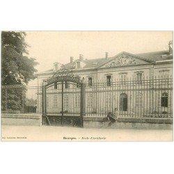 carte postale ancienne 18 BOURGES. Ecole d'Artillerie avec Enfant assis. Carte pionnière vers 1900 vierge