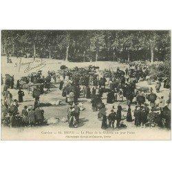 carte postale ancienne 19 BRIVE. Le Marché aux Cochons Place de la Guierle 1917 un jour de Foire
