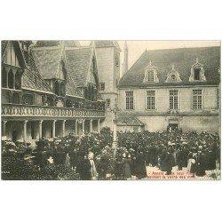 carte postale ancienne 21 BEAUNE. Hôtel-Dieu pendant la vente des Vins aux enchères dans la Cour
