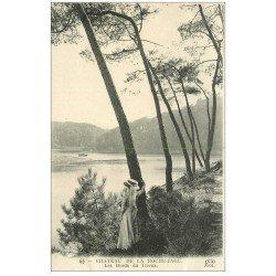 carte postale ancienne 22 CHATEAU DE LA ROCHE-JAGU. Elégante au grand chapeau bords du Trieux