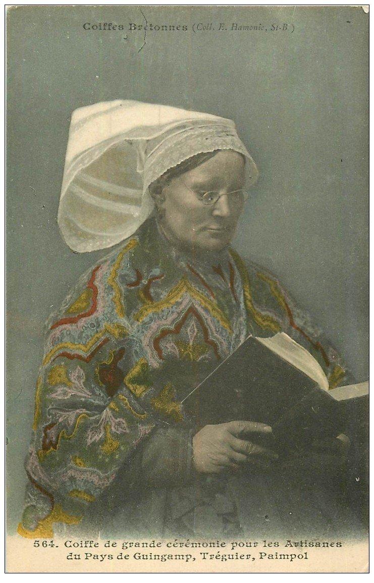 carte postale ancienne 22 Coiffes Bretonnes de Cérémonie. Artisanes de Guingamp, Tréguier et Paimpol. Lecture d'un livre