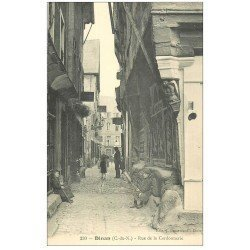 carte postale ancienne 22 DINAN. Rue de la Cordonnerie animée. Gamins assis et nombreux Cafés