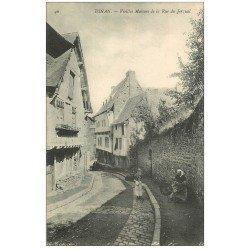 carte postale ancienne 22 DINAN. Vieilles Maison de la Rue du Jerzual animée. Femme au rouet