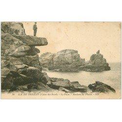 carte postale ancienne 22 ILE DE BREHAT. Le Paon Rochers du Phare avec Personnage 1924