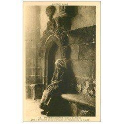 carte postale ancienne 22 PERROS-GUIREC. Vieille Bretonne sous le Porche de l'Eglise de la Clarté