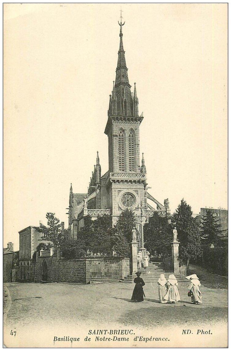 carte postale ancienne 22 SAINT-BRIEUC. Basilique Notre-Dame d'Espérance avec Nonnes