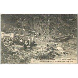 carte postale ancienne 22 SAINT-BRIEUC. Bretonnes et élégantes au pied du Phare