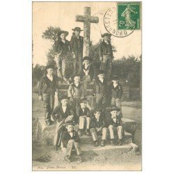 carte postale ancienne 22 SAINT-BRIEUC. Jeunes Bretons 1911 sur le Calvaire