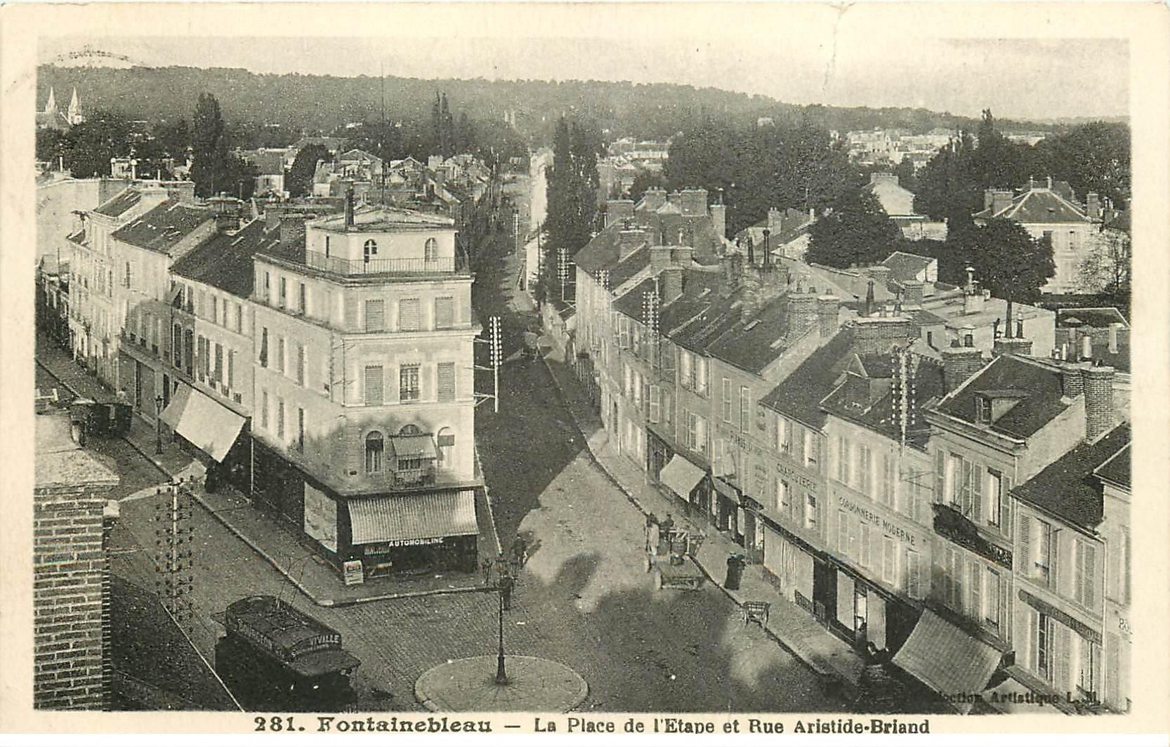 carte postale ancienne 77 FONTAINEBLEAU. Place de l'Etape rue Aristide Briand 1945. Fine plissure transversale