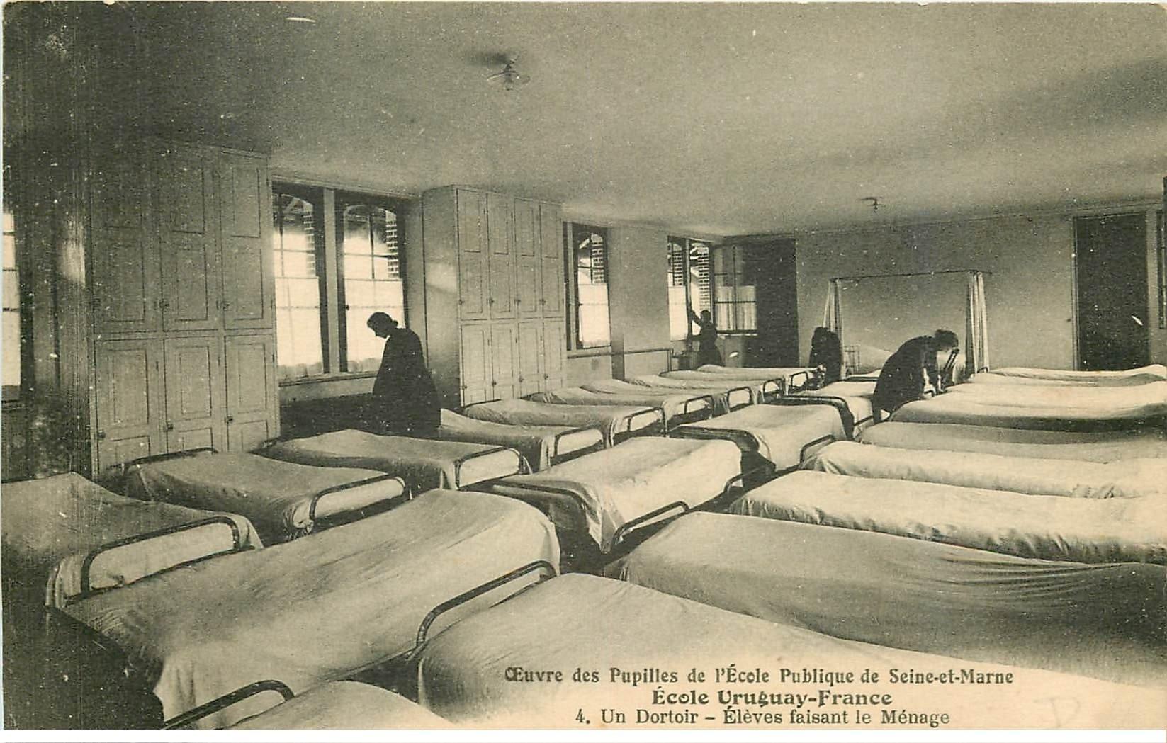 carte postale ancienne 77 AVON. Ecole des Pupilles Uruguay-France. Un Dortoir élèves faisant le ménage