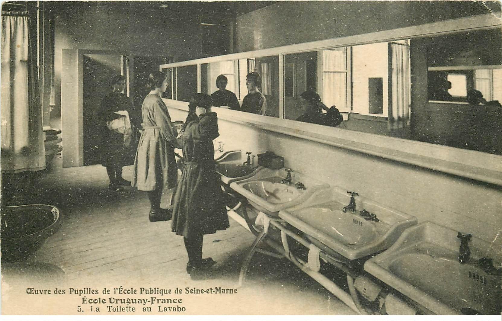 carte postale ancienne 77 AVON. Ecole des Pupilles Uruguay-France. Toilette au Lavabo