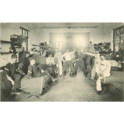 carte postale ancienne 77 FONTAINEBLEAU. 7° Dragons 1906 une Chambre. Militaires et Caserne