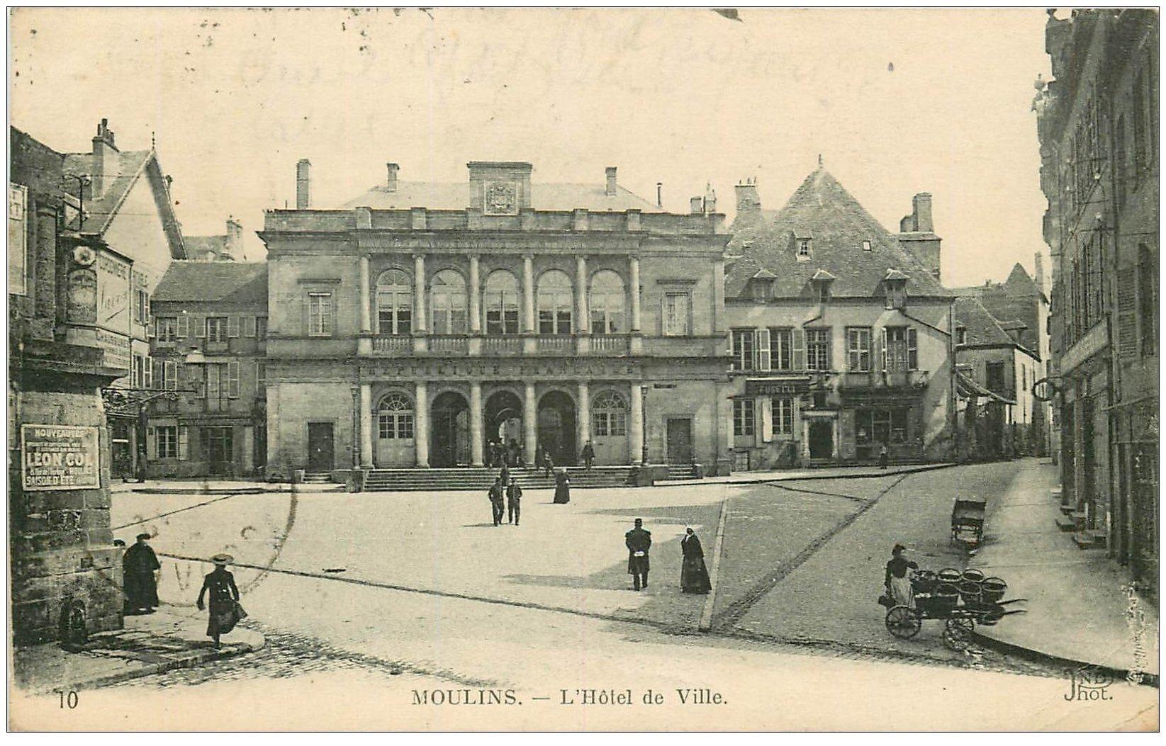 carte postale ancienne 03 MOULINS. Hôtel de Ville 1920 et Marchande ambulante
