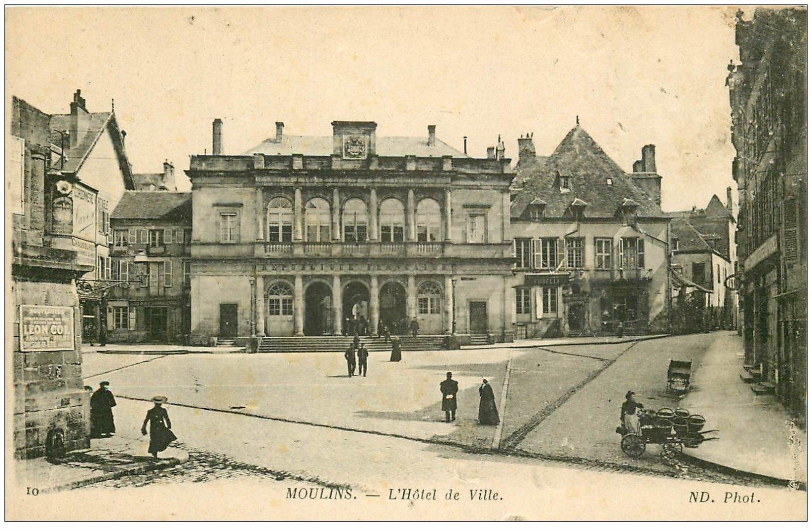 carte postale ancienne 03 MOULINS. Hôtel de Ville et vendeuse de Quatre-Saisons