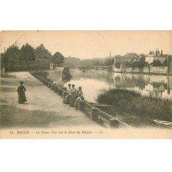 carte postale ancienne 77 MELUN. Elégantes assise et vue sur le Pont du Moulin 1923