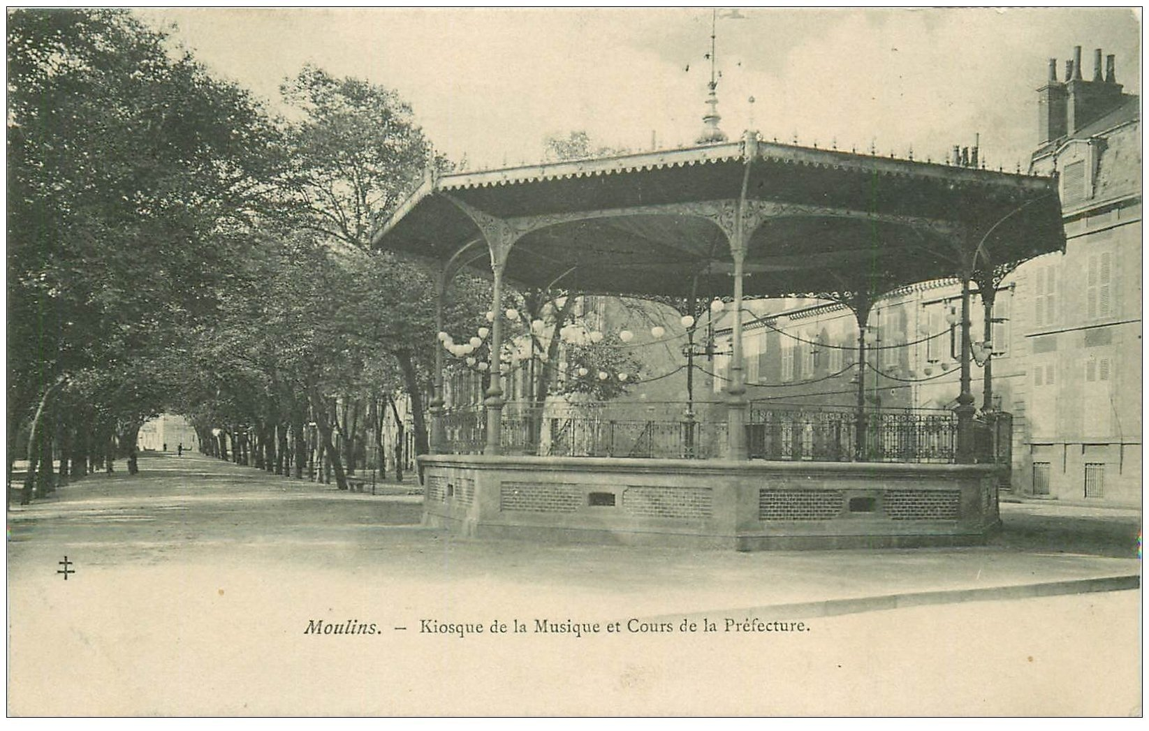 carte postale ancienne 03 MOULINS. Kiosque de la Musique Cours Préfecture 1904