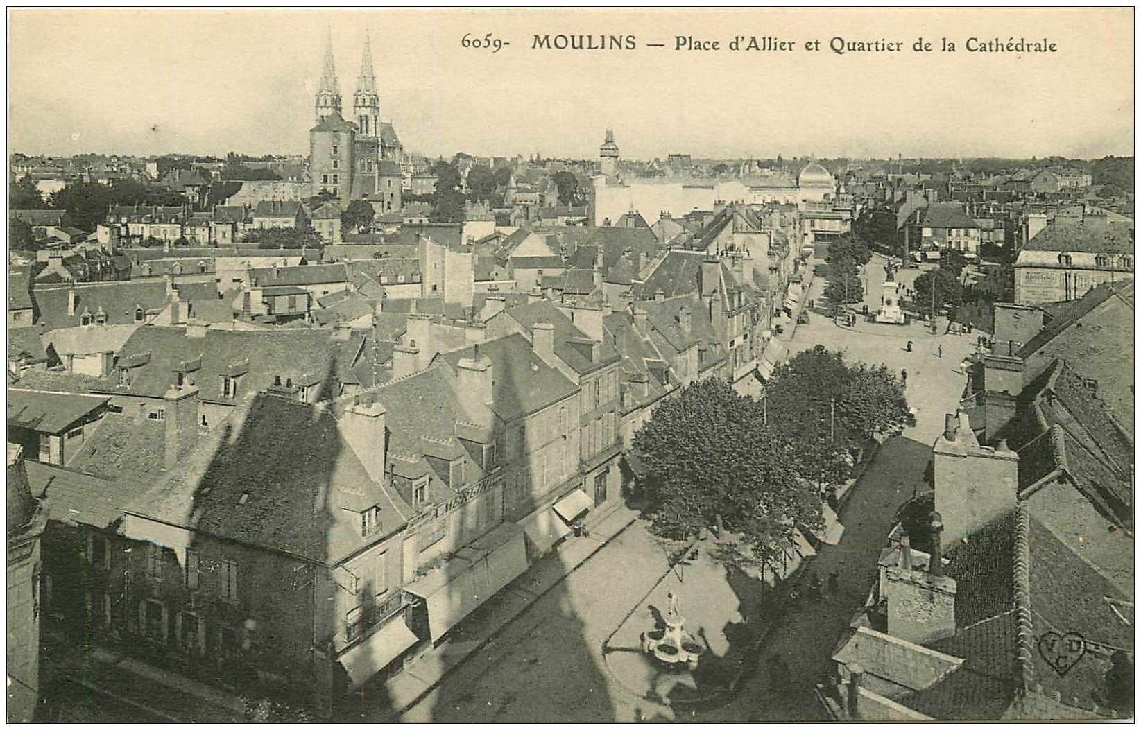carte postale ancienne 03 MOULINS. Place d'Allier Quartier Cathédrale. Magasin Merlin
