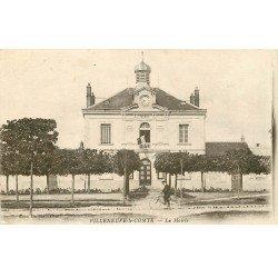 carte postale ancienne 77 VILLENEUVE-LE-COMTE. La Mairie avec Cycliste