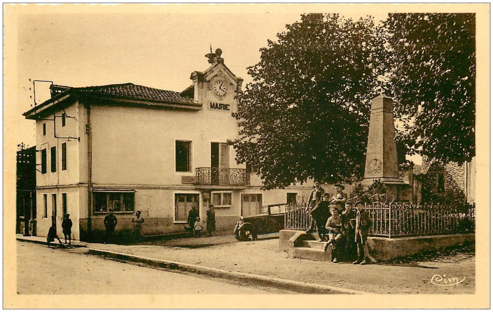 carte postale ancienne 01 LEYMENT. Mairie Place du Monument.