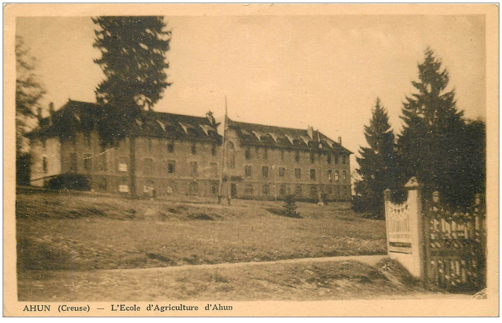 carte postale ancienne 23 AHUN. Ecole d'Agriculture