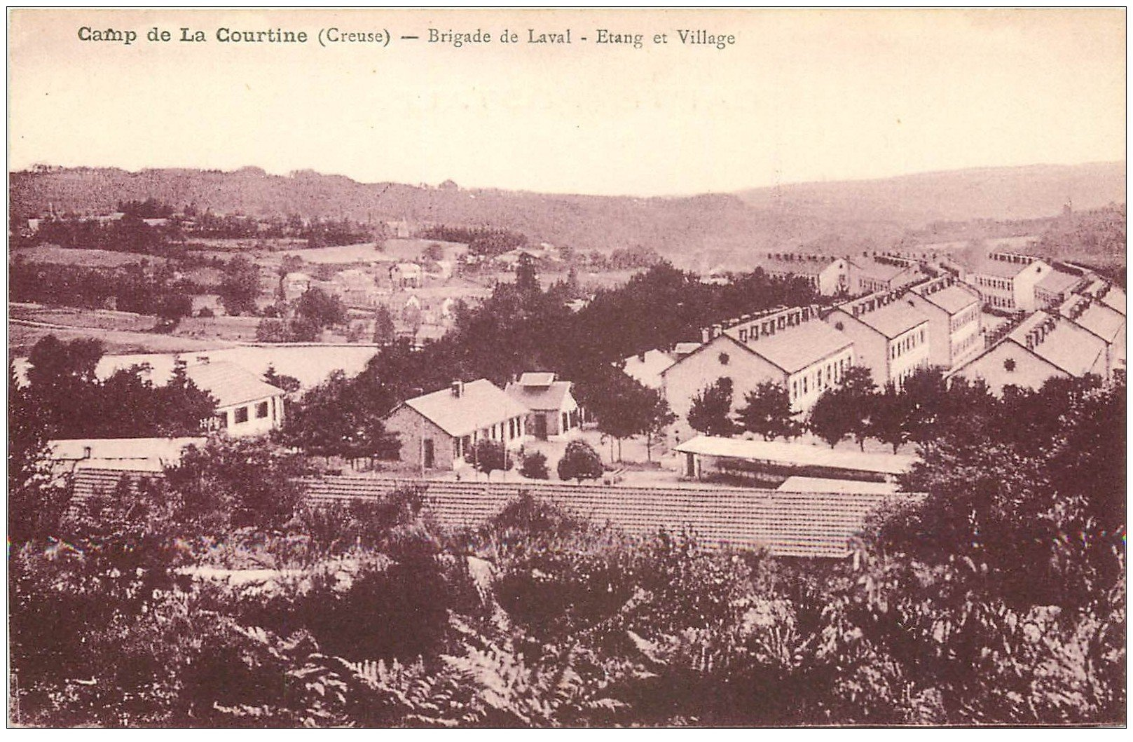 carte postale ancienne 23 CAMP DE LA COURTINE. Brigade de Laval. Etang et Village
