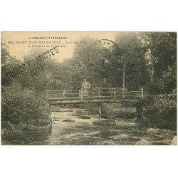 carte postale ancienne 23 SAINT-MARTIN-CHATEAU. Personnages sur le Vieux Pont et bords de la Maulde 1918