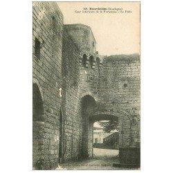carte postale ancienne 24 BOURDEILLES. Puits et Cour de la Forteresse