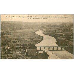 carte postale ancienne 24 DOMME. Personnages sur Grands Rochers de la Barre 1932