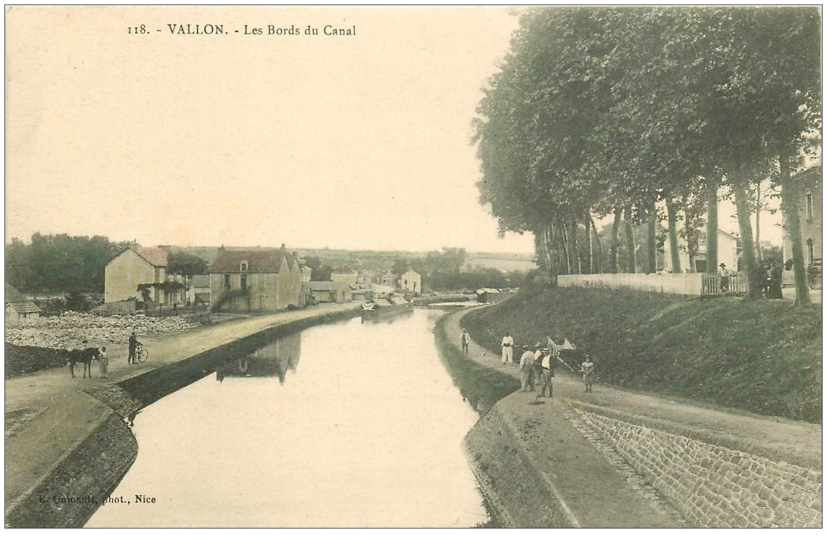 carte postale ancienne 03 VALLON. Les bords du Canal animés