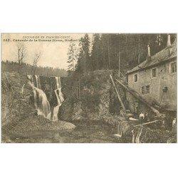 carte postale ancienne 25 BIEF-MI-LAC. Cascade de la Source Bleue avec Femmes 1914