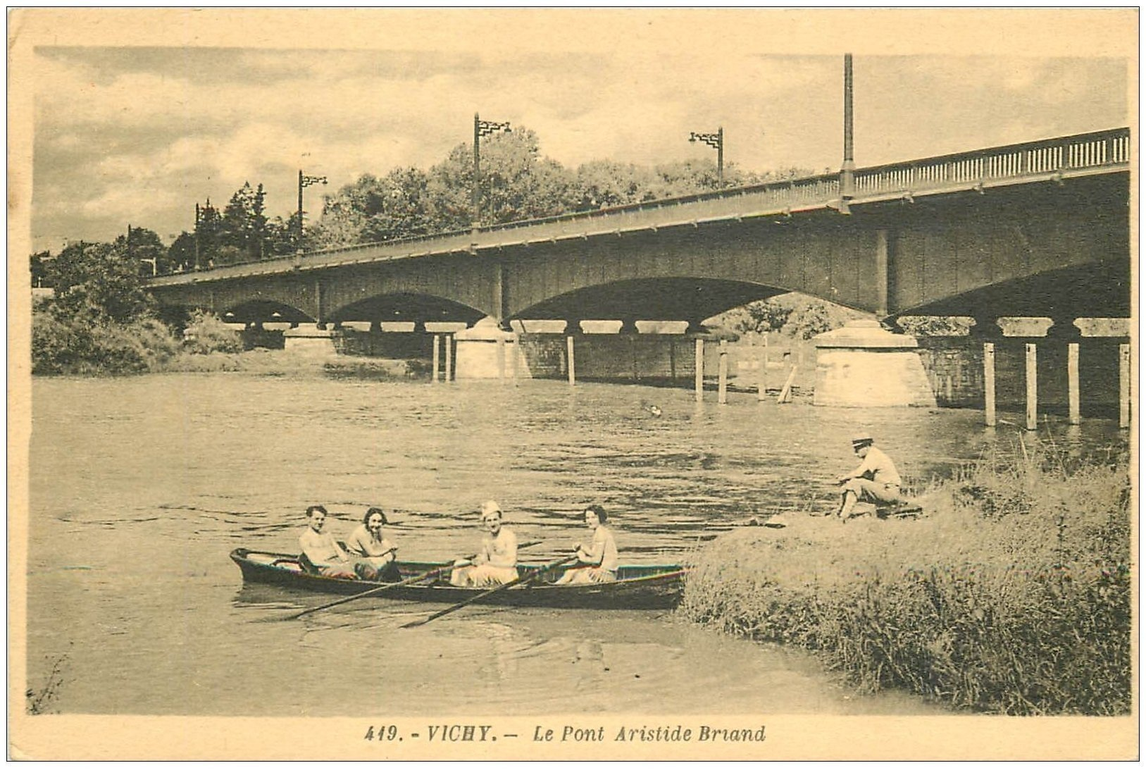 carte postale ancienne 03 VICHY. Ballade en barque Pont Aristide Briand