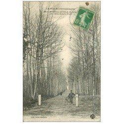 carte postale ancienne 28 BEAUMONT-LES-AUTELS. Facteur en vélo dans une Allée de la Forêt 1913