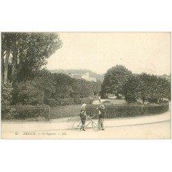 carte postale ancienne 28 DREUX. Cycliste devant le Square