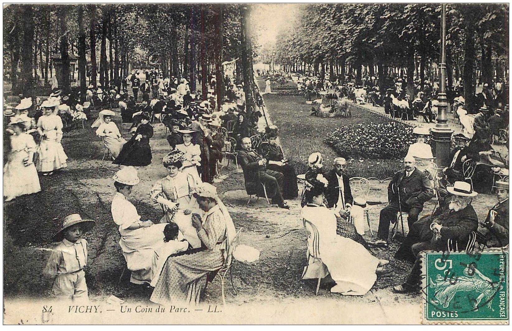 carte postale ancienne 03 VICHY. La détente dans un coin du Parc 1910