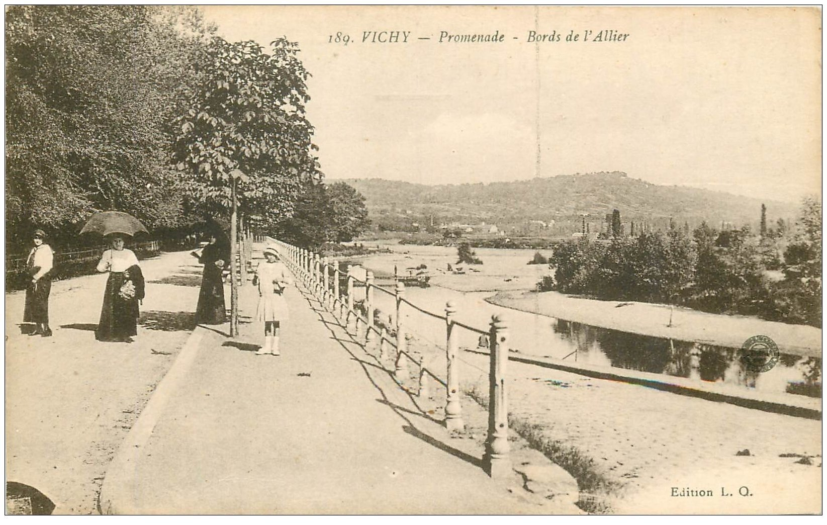 carte postale ancienne 03 VICHY. L'Allier. Promenade