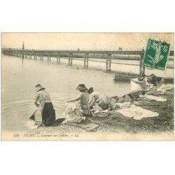 carte postale ancienne 03 VICHY. Laveuses Lavandières sur l'Allier 1912 (pli coin droit inférieur)