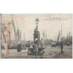 carte postale ancienne 29 CONCARNEAU. Fontaine Quais du Bassin 1901 (Défauts)...