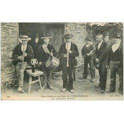 carte postale ancienne 29 CORNOUAILLES. Sonneurs Bretons 1915