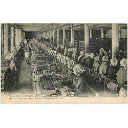 carte postale ancienne 29 DOUARNENEZ. Industrie Sardinière Usine Chancerelle. Mise en boîte