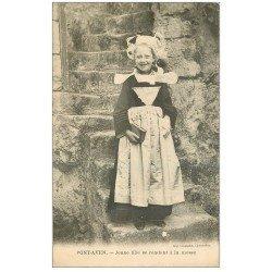 carte postale ancienne 29 PONT-AVEN. Jeune Fille se rendant à la messe avec Missel 1909