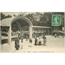 carte postale ancienne 03 VICHY. Parc Allée couverte 1913 avec chien