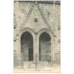 carte postale ancienne 29 QUIMPER. Porte Cathédrale femme assise