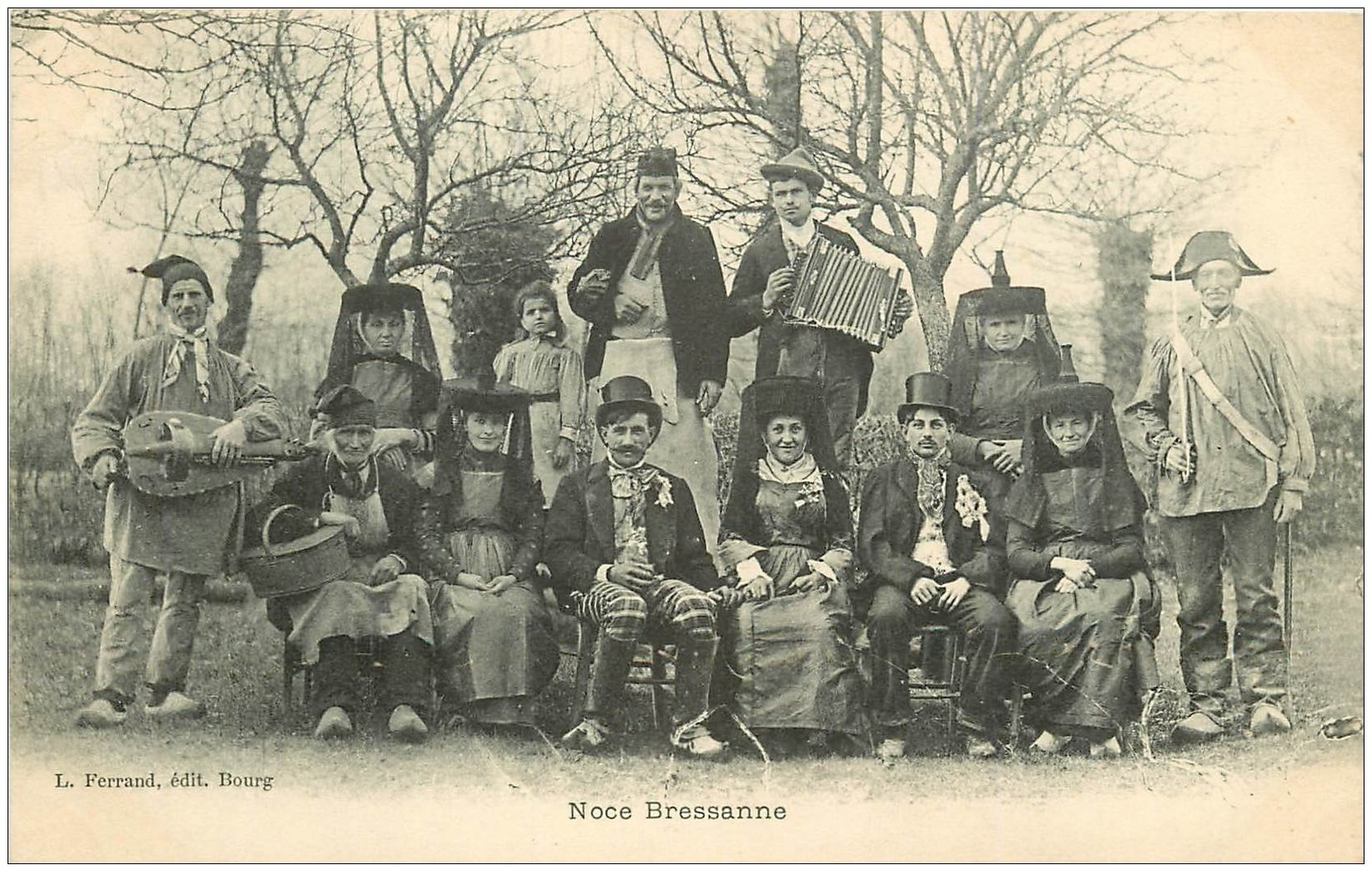carte postale ancienne 01 Noce Bressane avec Musiciens et Brigadier