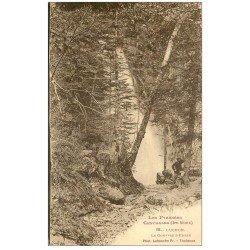 carte postale ancienne 31 LUCHON. Gouffre d'Enfer 1922 avec personnage