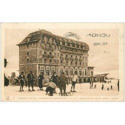 carte postale ancienne 31 LUCHON. Skieurs devant l'Hôtel et luge 1936. Expédiée à la Veuve Cheval