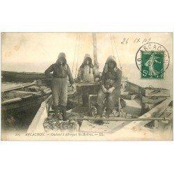 carte postale ancienne 33 ARCACHON. Chaland à détroquer les Huîtres 1907