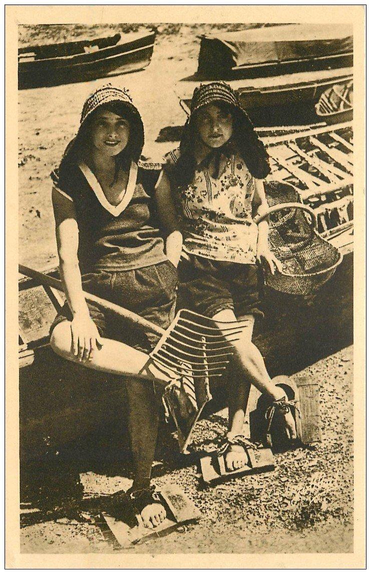 carte postale ancienne 33 ARCACHON. Parqueuses d'Huîtres en costume de travail